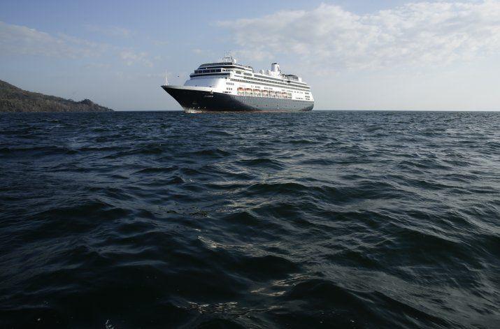 Cruceros aguardan a cruzar el Canal de Panamá