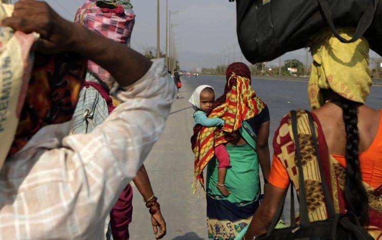 Éxodo de trabajadores migrantes indios a pie por coronavirus