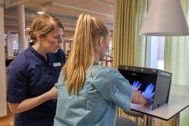 personal de aerolineas se entrena para ayudar en hospitales