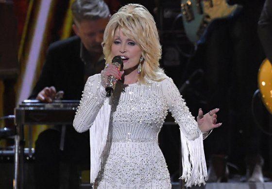 Dolly Parton dona 1 millón para investigación de coronavirus
