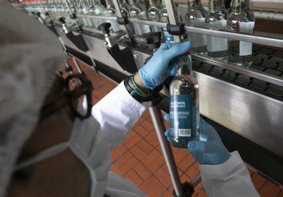 Destilería más importante de Venezuela lucha contra COVID-19