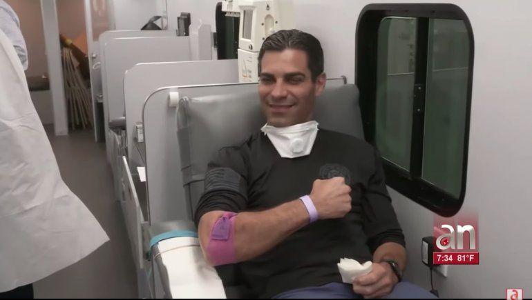 Alcalde de Miami primer donante de plasma en Florida par salvar pacientes de Coronavirus