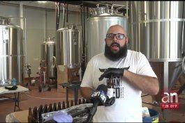 cerveceria de hialeah hace desinfectante de manos en botellas de cerveza para enfrentar covid-19