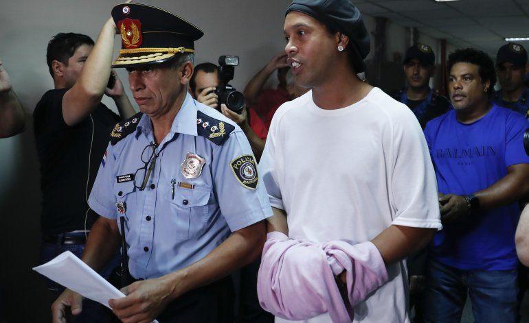 Ronaldinho deja cárcel; cumplirá arresto domiciliario