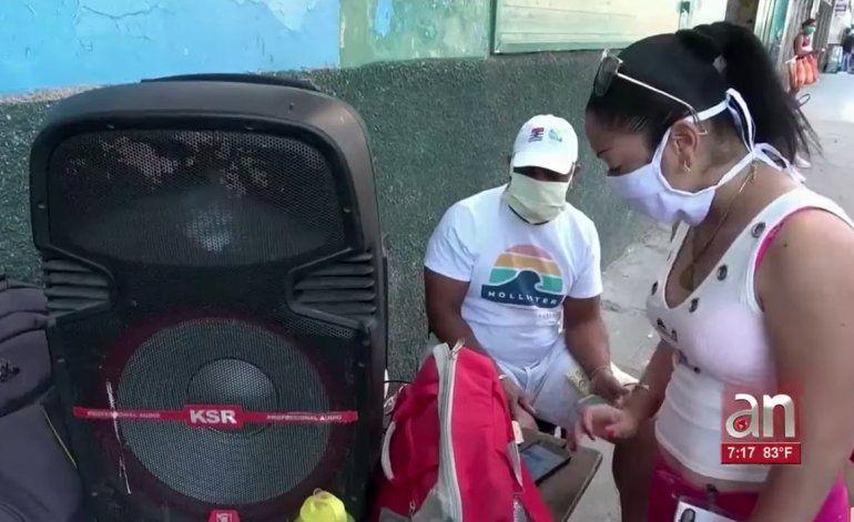 Régimen cubano usa a ciudadanos para instalar bocinas con mensajes que invitan al aislamiento social