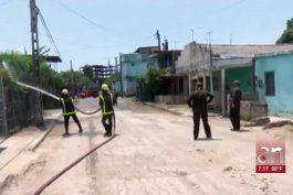 bomberos desinfectan barrios en cuba mientras se anuncian medidas de cuarentena