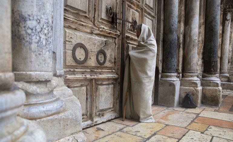 El papa se postra en el suelo de la Basílica de San Pedro