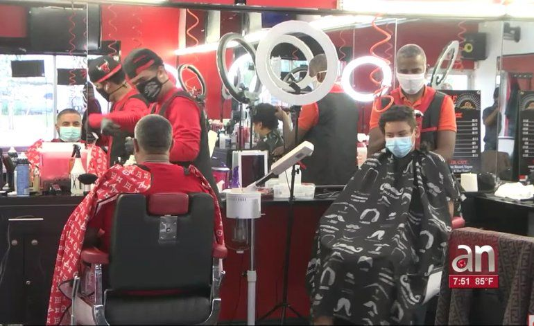 Un barbero en Miramar desafía a las autoridades y reabre su negocio