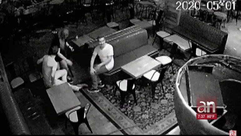 Buscan a tres personas que entraron en un restaurante de Brickell para robar y vandalizarlo