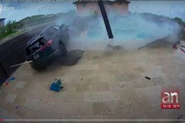 auto se estrella contra una casa y sobrevuela piscina en kendall
