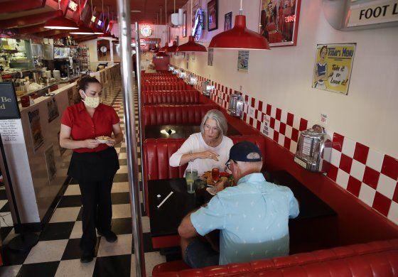 Encuesta: muchos en EEUU no regresarán pronto a restaurantes