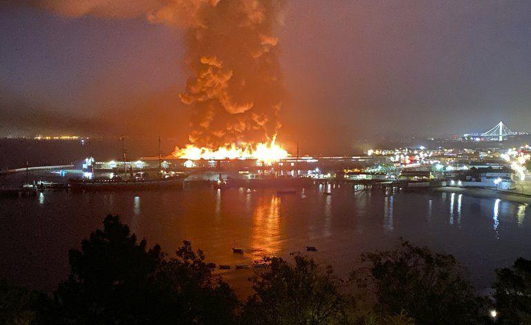 Fuego arrasa con bodega en zona de muelles de San Francisco