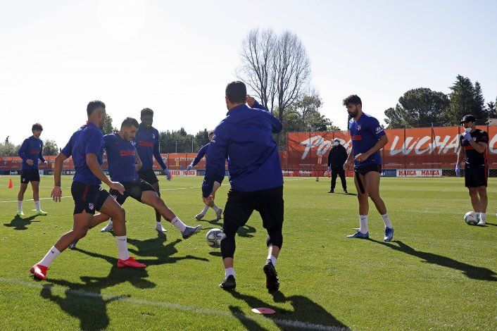 Clubes españoles entrenan con grupos de 14 jugadores