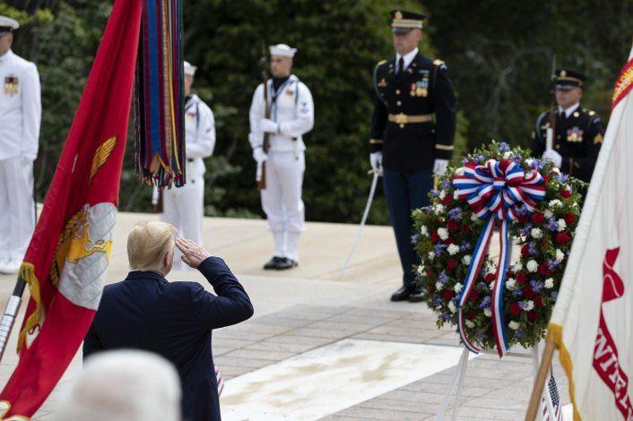 Trump rinde homenaje a miembros del servicio militar