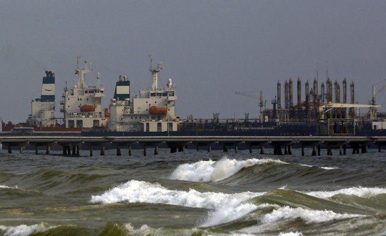 Venezuela celebra atraque de petrolero con gasolina de Irán
