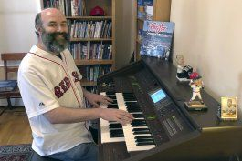 desde casa, organista de medias rojas evoca el beisbol