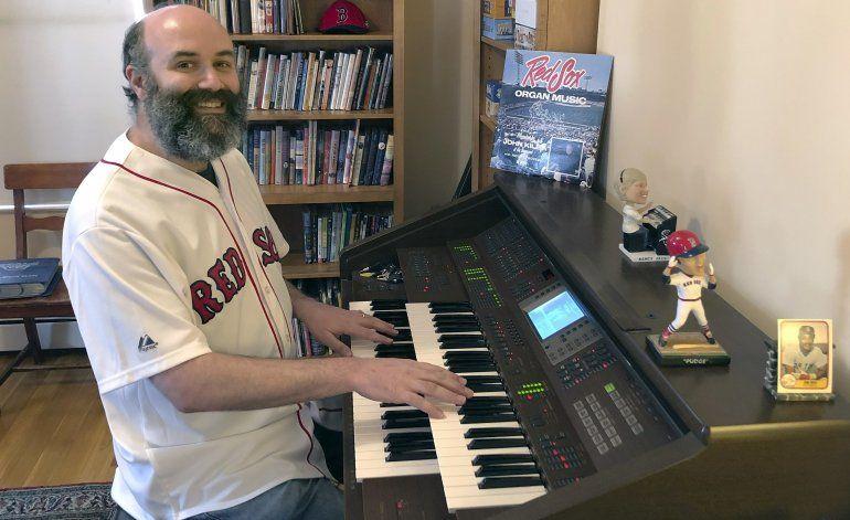 Desde casa, organista de Medias Rojas evoca el béisbol