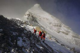 equipo de medicion chino llega a la cumbre del everest