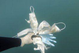 mascarillas y guantes ensucian el lecho del mediterraneo