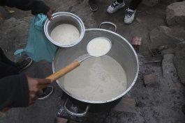 dilema de peruana: salir a vender o morir de hambre en casa