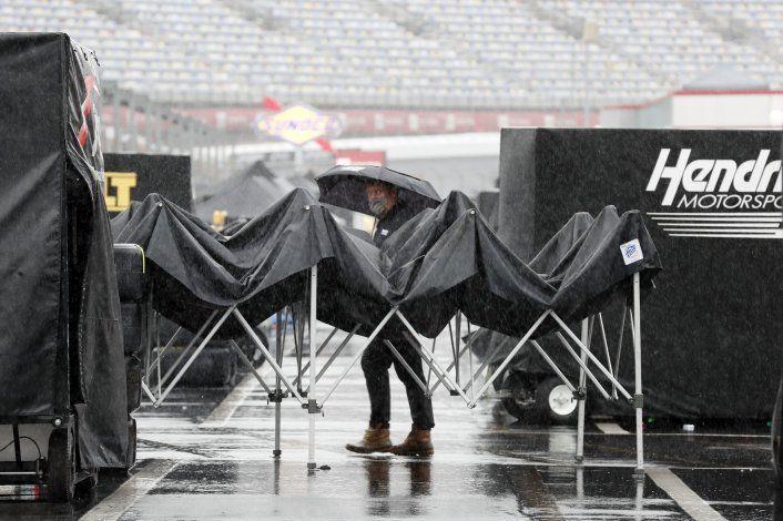 Carrera de NASCAR en Charlotte, pospuesta por lluvia