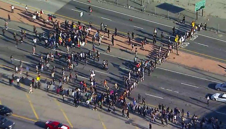 Protestan en Los Ángeles por muerte de hombre negro detenido