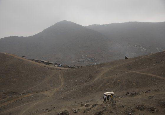 Perú: familias entierran a más de un muerto por coronavirus