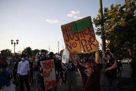 manifestantes prenden fuegos en comisaria en minneapolis