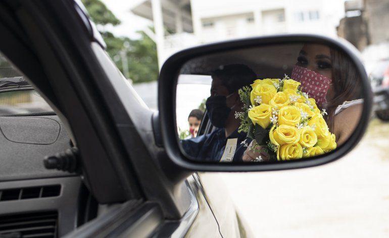 Brasil: parejas se casan en drive-thru para evitar virus