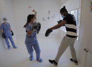 coronavirus: excampeon ofrece clases de boxeo en hospital