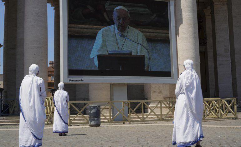 El papa encabeza oración mariana con más de 100 invitados