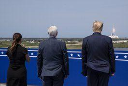 en plena crisis, trump celebra lanzamiento de nave espacial