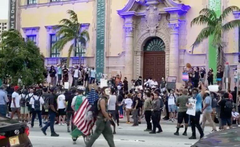 Por tercer día consecutivo manifestantes marchan en el Downtown de Miami