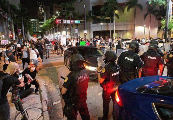 Miami amanece fuertemente custodiada por la policía tras violentas protestas durante el fin de semana