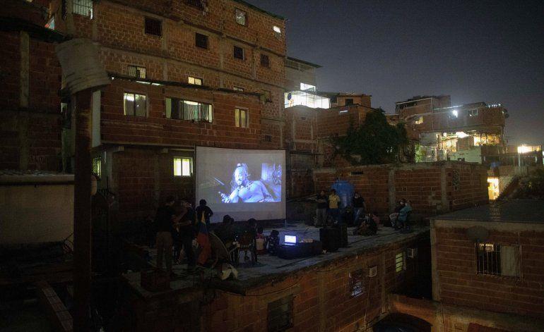 Noche de cine en barrio ofrece un respiro a los venezolanos