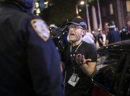 policias empujan e impiden trabajar a reporteros de ap en ny