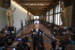 amantes del arte disfrutan de museos vacios en italia