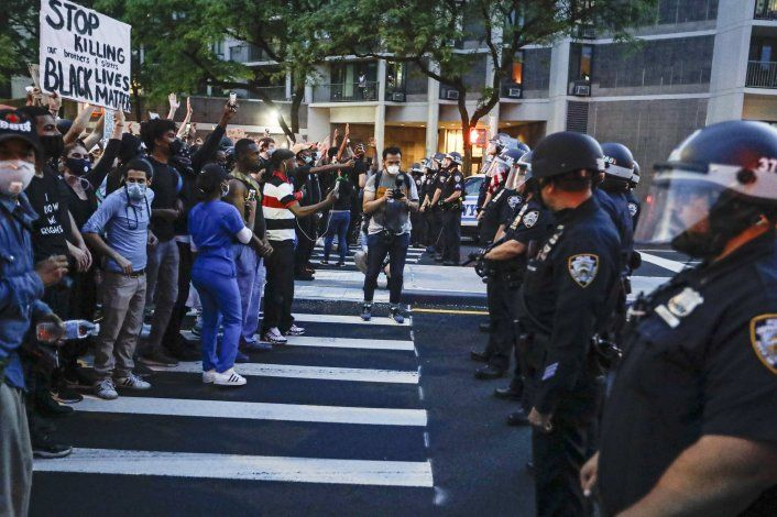 Cuomo pide deber cívico de manifestantes ante la pandemia