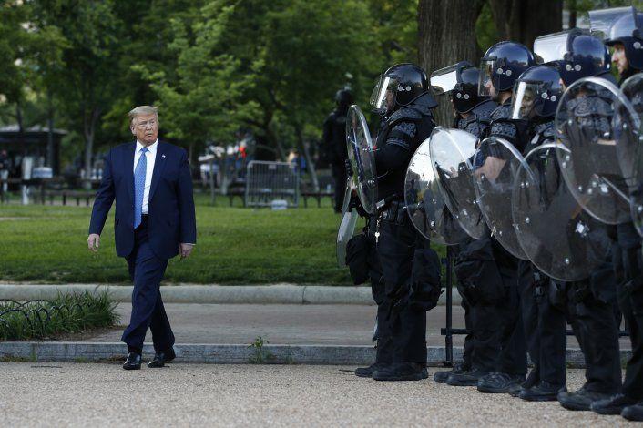 Análisis: Trump emula prácticas despóticas y prueba límites