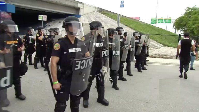 Adelantan el toque de queda en Miami en el día de la protesta más multitudinaria