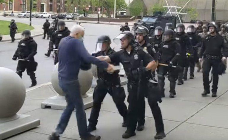 Presentan cargos contra 2 policías de Buffalo por agresión