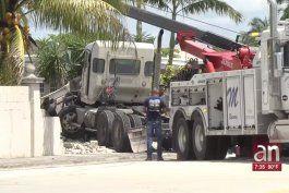 muere conductor de un camion tras estrellarse contra una casa en kendall
