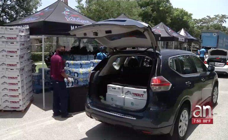 Cientos de familias de Miami llegaron en sus vehículos hasta el Marlins Park para abastecerse de alimentos y de mascarillas