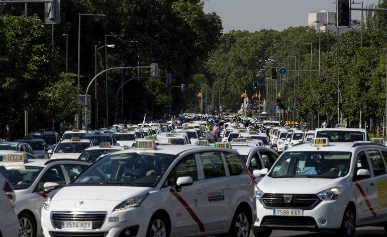 Taxistas en Madrid protestan en medio de escasa demanda