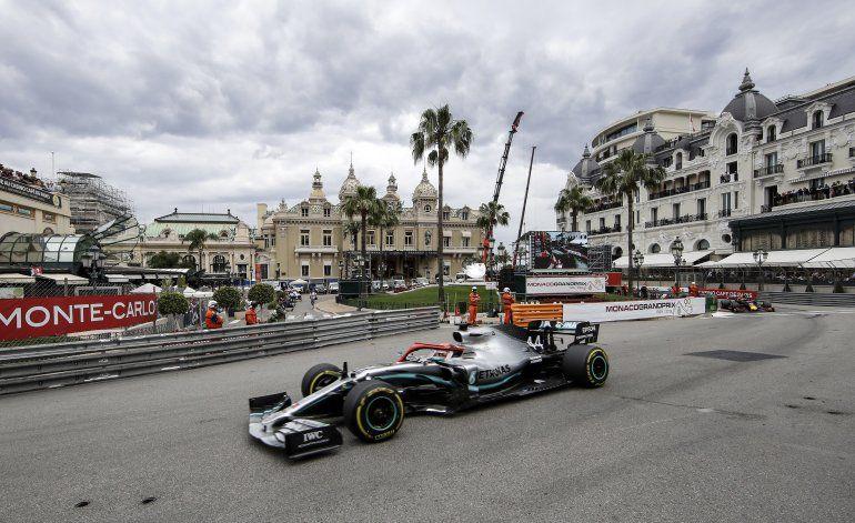 Pilotos de F1 evalúan arrodillarse en inicio de temporada