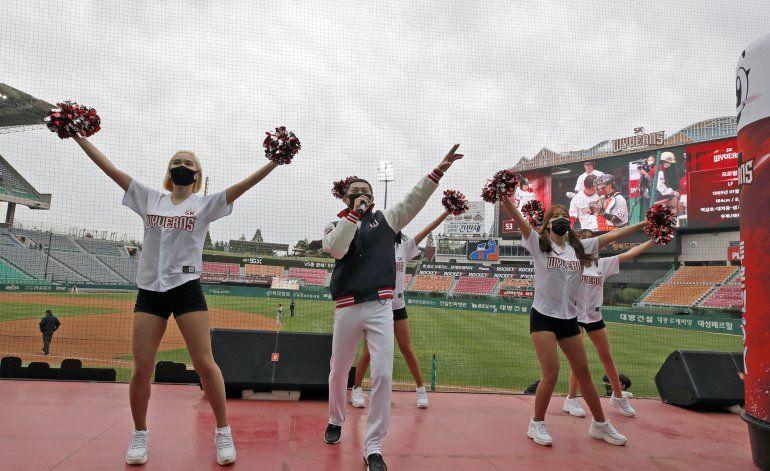 Con restricciones, béisbol surcoreano permitirá fanáticos
