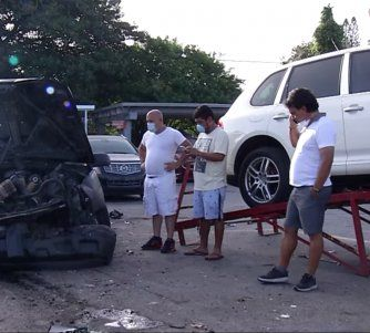 Un vehículo se estrelló en la madrugada de este martes contra un negocio de venta de autos