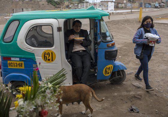 Peruanos salen en masa tras finalizar cuarentena de 106 días