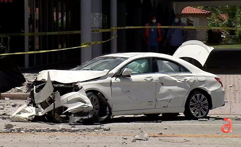 Automóvil cayó de un segundo piso en plena Calle 8