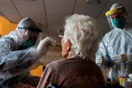 los casos de coronavirus continuan subiendo en la florida y los hogares de ancianos no son la excepcion